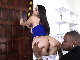 Valentina Nappi gets anal and leaves impound